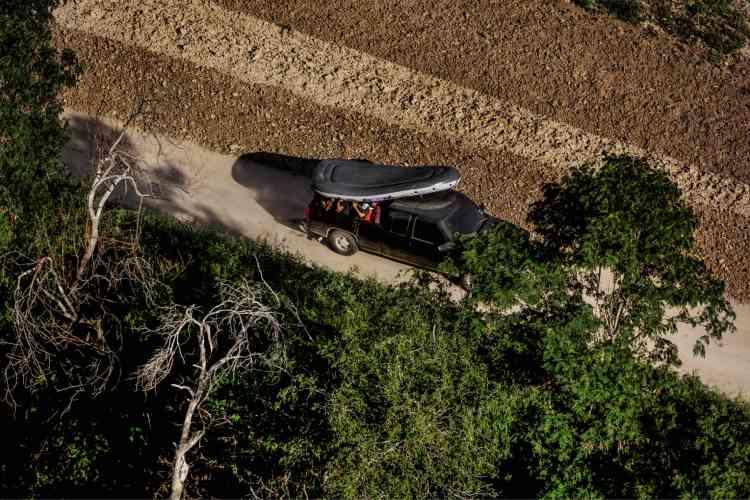 Vers Reynosa (Mexique), des migrants ont regagné leur véhicule après avoir extirpé leur canot gonflable du Rio Grande, remettant leur traversée du fleuve à plus tard.