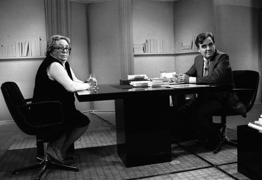 """Bernard Pivot accueille le 28 septembre 1984 sur le plateau d'«Apostrophes»la romancière française Marguerite Duras à l'occasion de la publication de son dernier livre """"L'Amant""""."""