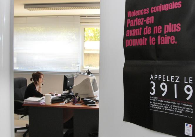 Une écoutante de la plate-forme téléphonique du 3919, numéro d'appel unique destiné aux femmes victimes de violences conjugales, en mai 2010 à Paris.