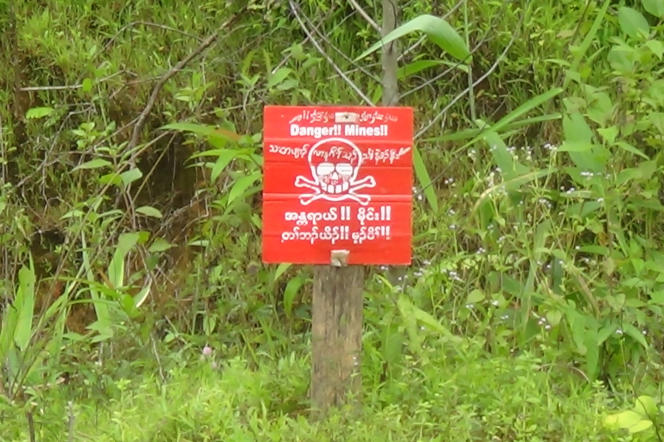 Un panneau signale un champ de mine en Birmanie, en septembre.