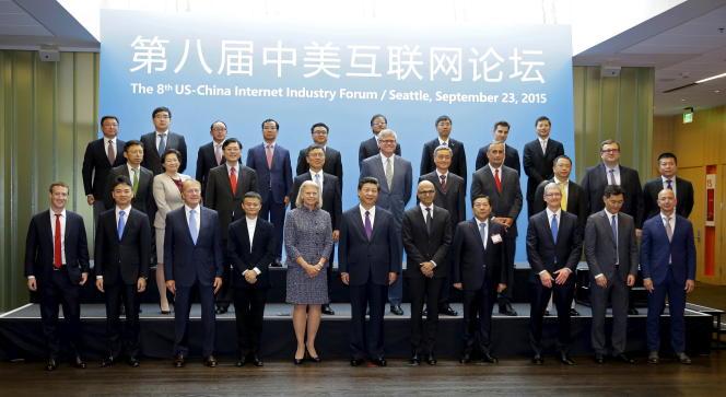 Le président chinois, Xi Jinping (au centre), pose pour une photo avec un groupe de PDG et d'autres dirigeants, dont Mark Zuckerberg, PDG de Facebook, sur le campus principal de Microsoft à Redmond, Washington, le 23 septembre 2015.