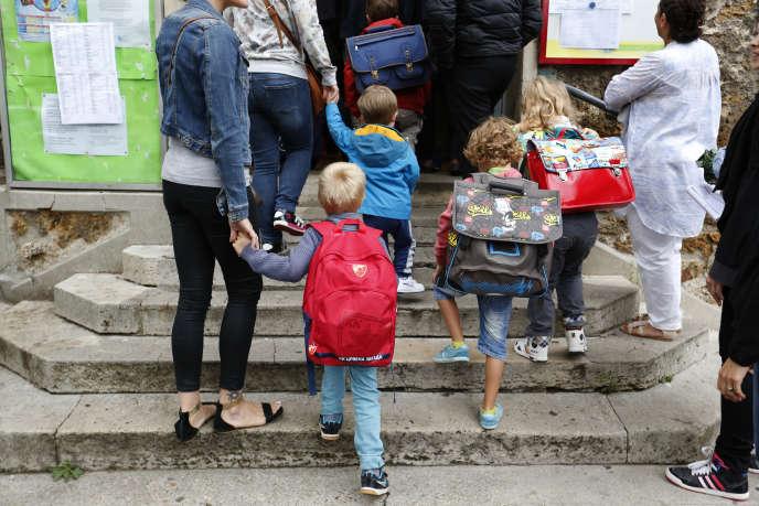 Parents et enfants font la rentrée scolaire en banlieue parisienne à Fontenay-sous-Bois, en 2015.