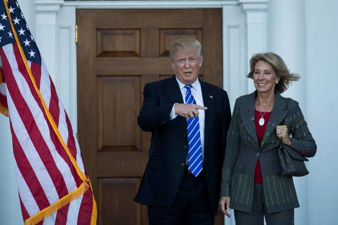 Donald Trump et Betsy DeVos après une réunion au Trump International Golf Club à Bedminster Township, dans le New Jersey, le 18 novembre.