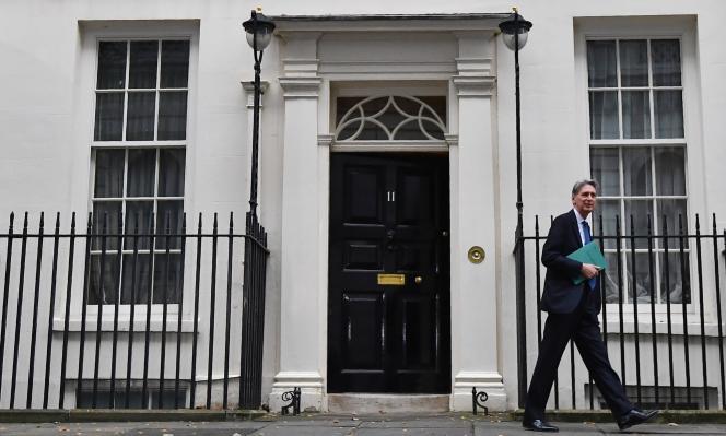 Le ministre des finances britannique, Philip Hammond, quitte le 11 Downing Street à Londres, le 23 novembre.