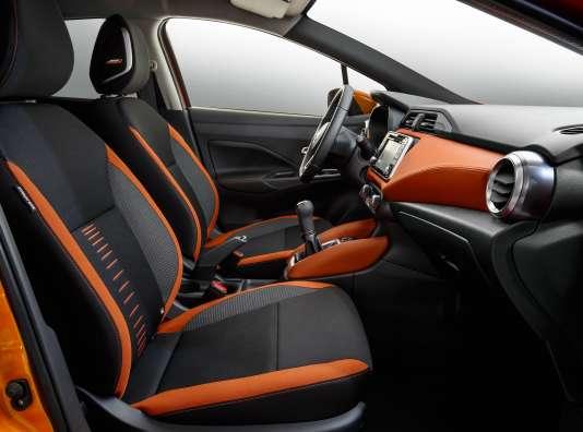 Un mobilier intérieur est bien conçu pour cette petite Nissan.