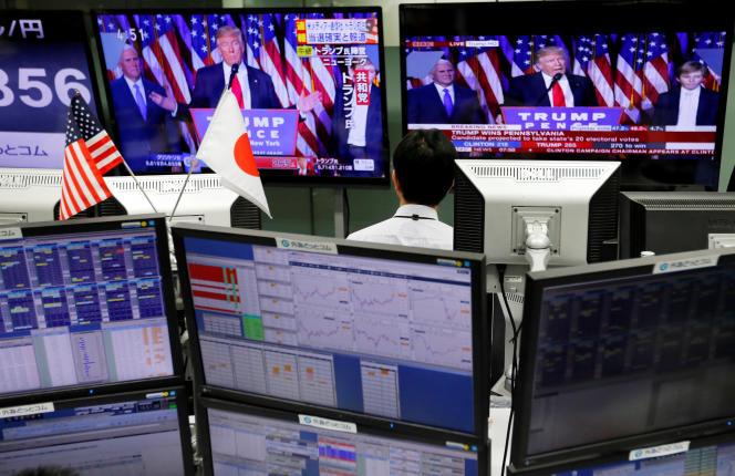 «Bien que les conséquences précises de mauvaises politiques soient toujours difficiles à prévoir, nous devrions nous attendre à une forte diminution des rendements futurs d'un large éventail d'actions – et à un crash probable du marché». (Photo : un employé de la Bourse de Tokyo regarde le discours du président nouvellement élu, le mercredi 9novembre).