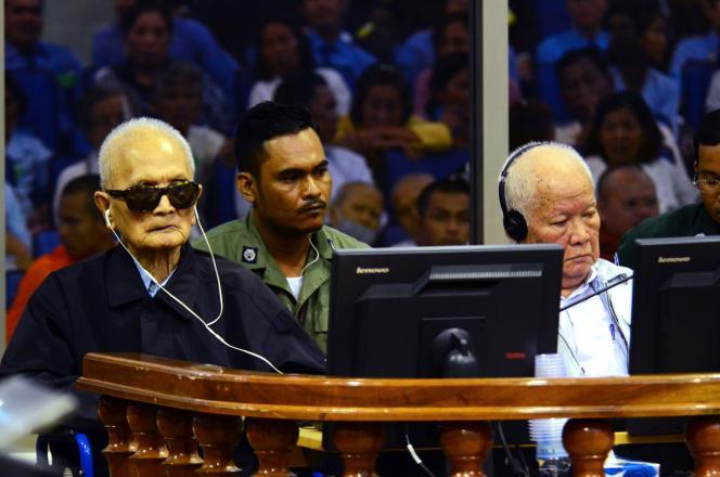 Nuon Chea (à gauche) et Khieu Samphan, lors de leur procès pour crimes contre l'humanité devant le Tribunal spécial de Phnom Penh.