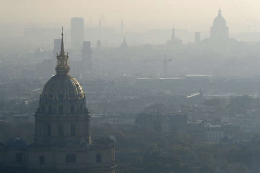 Le dôme des Invalides sous a pollution le 12 octobre 2016.