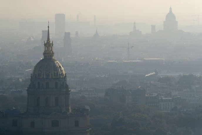 Le dôme des Invalides sous a pollution le 12 octobre 2016.