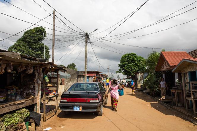 Un poteau électrique d'où partent de multiples raccordements légaux et illégaux dans le quartier du Campement, dans la banlieue d'Abidjan.