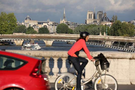 Une cycliste et une automobile sur le pont de la Concorde à Paris, en juin 2015.