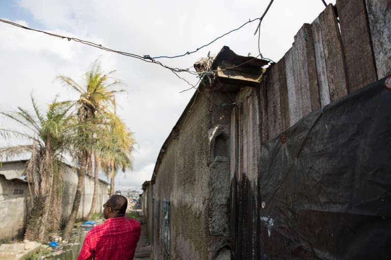Des câbles illégaux surplombent les bâtisses de la cité Houphouët Boigny