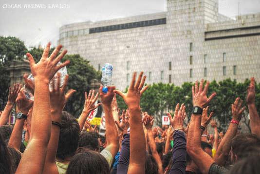 Manifestation des Indignados sur la Plaza Catalunya de Barcelone. Photo Flickr de Oscar Arenas Larios prise le 19 juin 2011