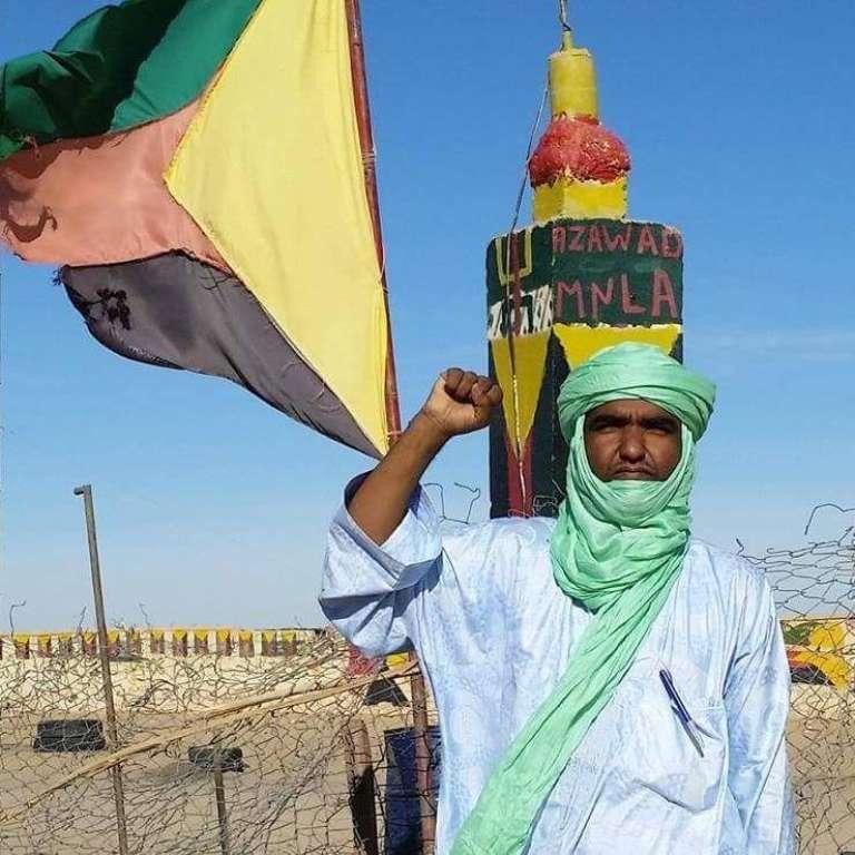 Moussa Ag-Assarid devant les couleurs de l'Azawad.