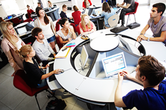 Cette salle de classe« intelligente» est une innovation de l'Institut de pédagogie avancée (IPA) de l'École supérieure des sciences commerciales d'Angers (ESSCA).