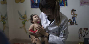 Un bébé atteint de microencéphalite à l'hôpital de Caruaru, dans l'Etat de Pernambouc (Brésil), le 27 septembre.