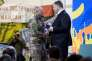 Le président ukrainien décore le militant d'extrême droite Dmytro Iaroch, lors d'une cérémonie à Kiev marquant le troisième anniversaire du soulèvement de Maïdan, le 21 novembre.