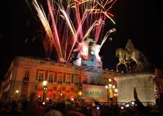 À minuit, à la Puerta el Sol, les Madrilènesmangent douze grains de raisin pour se porter bonheur.