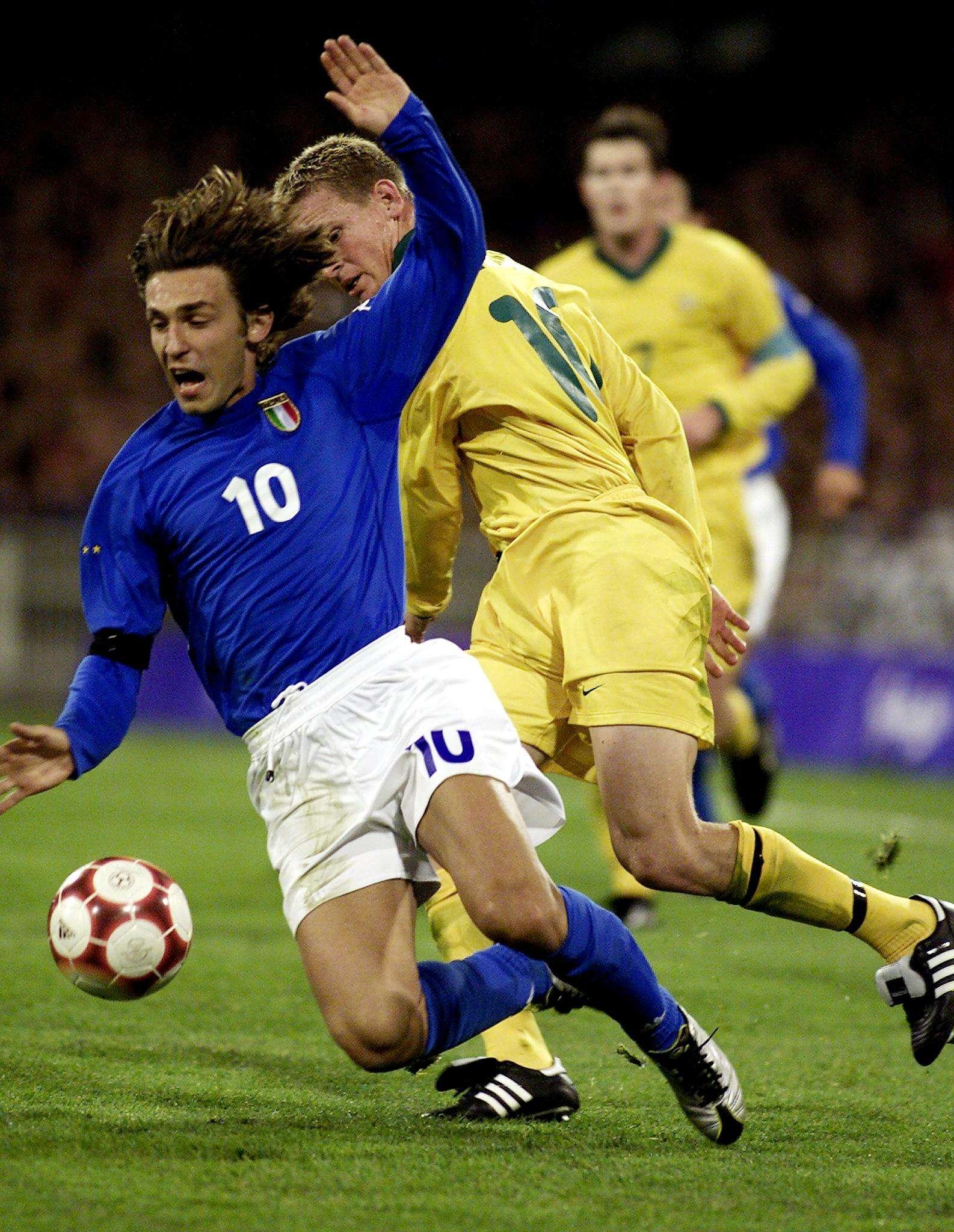 Toute l'élégance d'Andrea Pirlo, déjà, dans sa façon de tomber, ici aux Jeux olympiques 2000 avec l'Italie. Cette saison, Pirlo évoluait au New York City FC mais arrivé en fin de contrat, il a laissé entendre qu'il ne chausserait plus ses crampons. Sans annoncer officiellement, pour l'instant, sa retraite.
