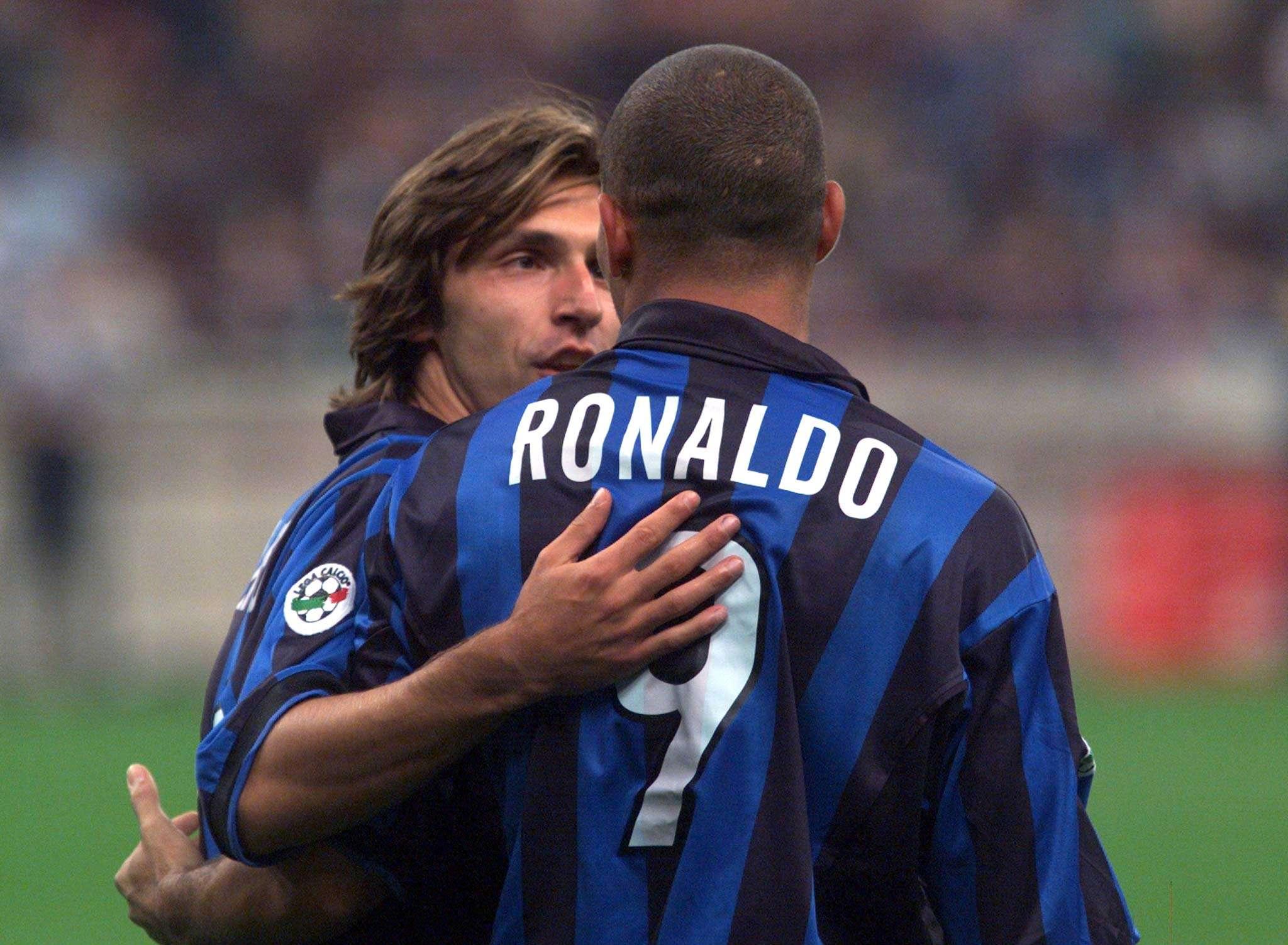 Cet homme aux cheveux longs qui a connu Ronaldo, le vrai., ici sous les couleurs de l'Inter. Andrea Pirlo a disputé son premier match professionnel en 1995, avec Brescia.