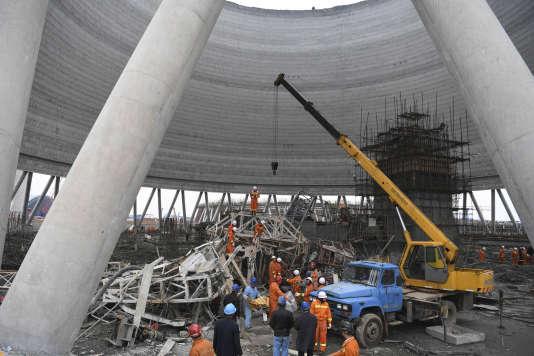Les secours à l'œuvre après l'effondrement de la plateforme en construction dans la province de Jiangxi, jeudi 24 novembre.