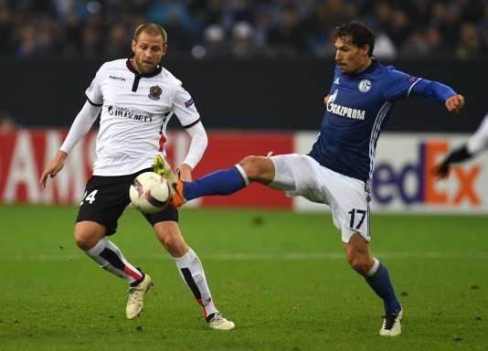 Le défenseur de Nice Mathieu Bodmer et le milieu de Schalke Benjamin Stambouli lors du match de Ligue Europa le 24 novembre àGelsenkirchen, en Allemagne.
