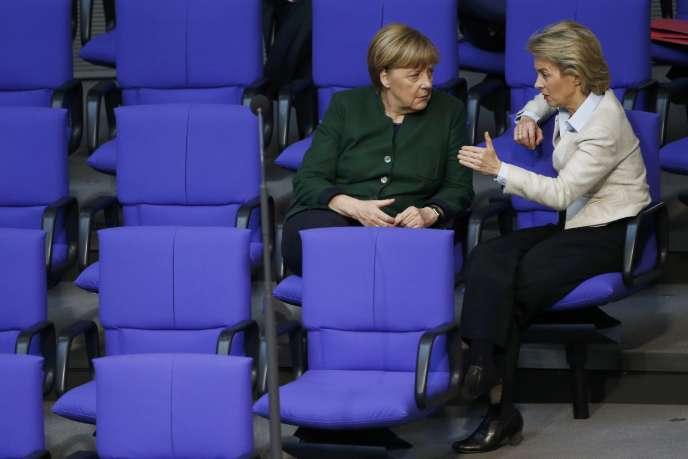 La chancelière allemande et sa ministre de la défense, Ursula von der Leyen, le 23 novembre au Bundestag, à Berlin.