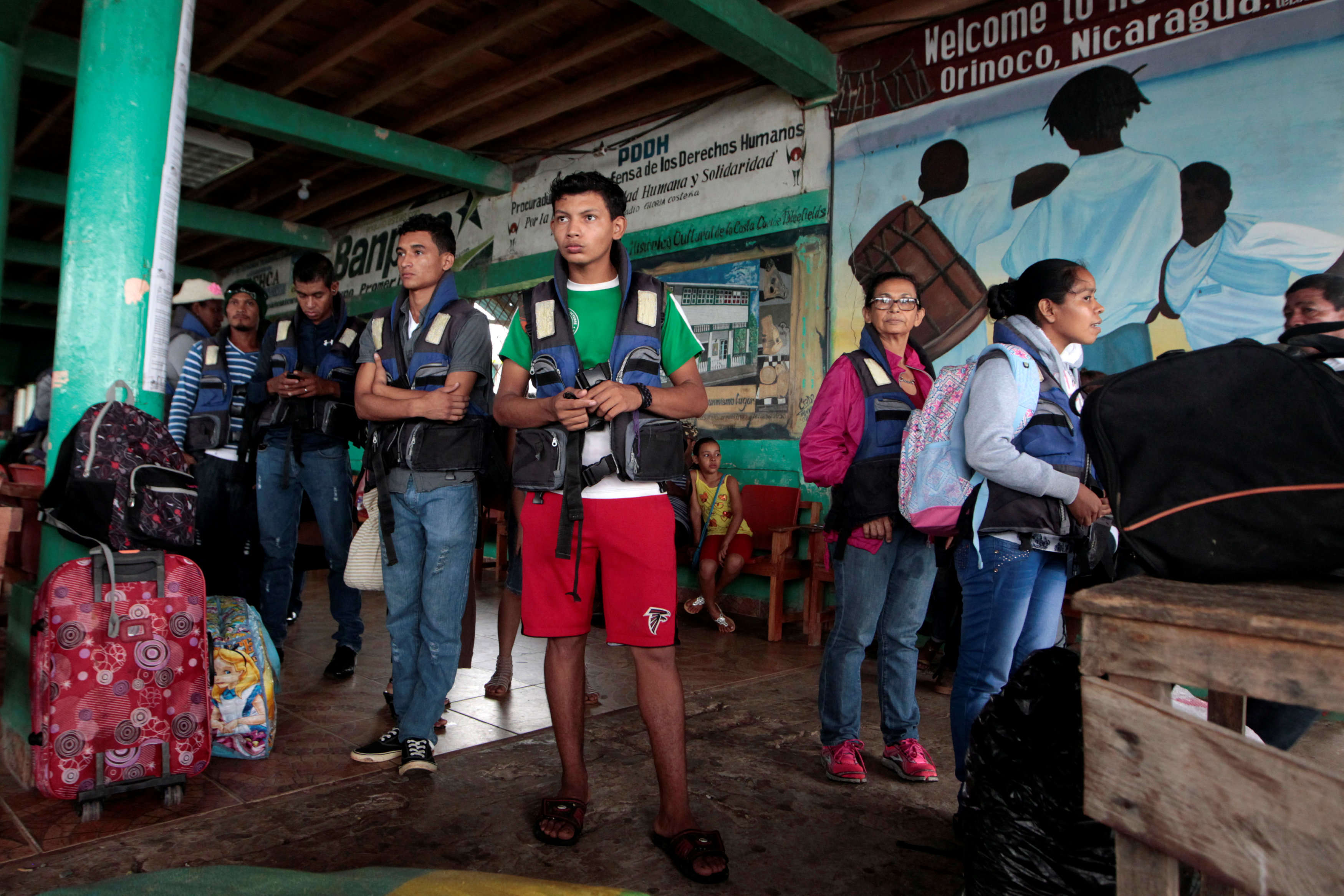 Dans le port de Bluefields, sud-est du Nicaragua. Des habitants se préparent à partir.