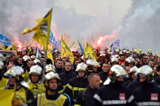 Manifestation des pompiers place de la Nation, le 24 novembre