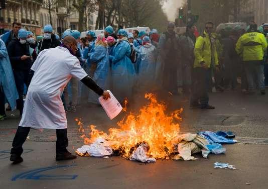 Des centaines d'infirmiers anesthésistes et étudiants ont manifesté jeudi 24 novembre à Paris.
