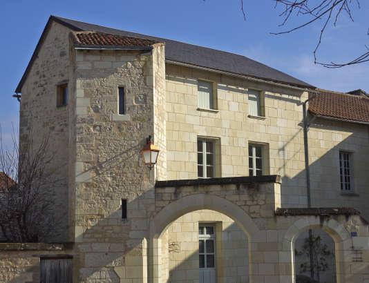 Maison de villle de Loudun (Vienne) qui gardera son bel appareillage de pierre.