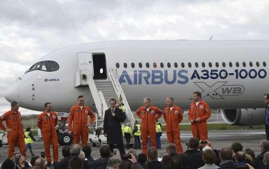 Le PDG d'Airbus, Fabrice Brégier (au centre), lors du vol inaugural de l'A350-1000, le 24 novembre, à Blagnac.