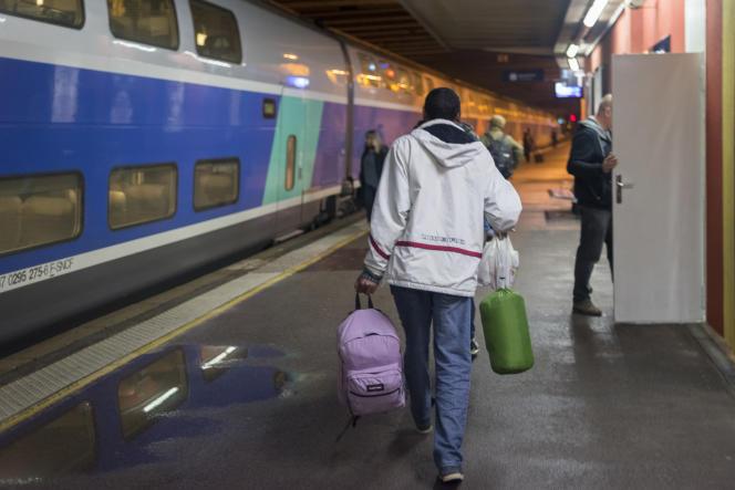 Daniel, réfugié érythréen, est bien arrivé à la gare, il va prendre un train et continuer sa route.
