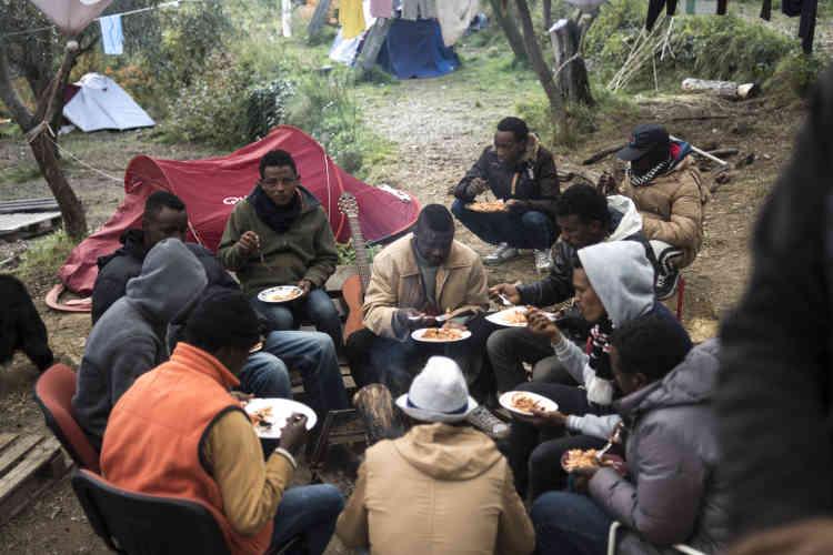 Une vingtaine de refugiés sont accueillis chez Cédric Herrou. Le repas est un moment de partage.