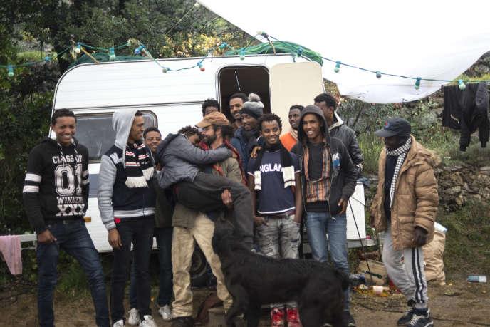 Cédric Herrou, entouré du groupe de réfugiés qu'il héberge.
