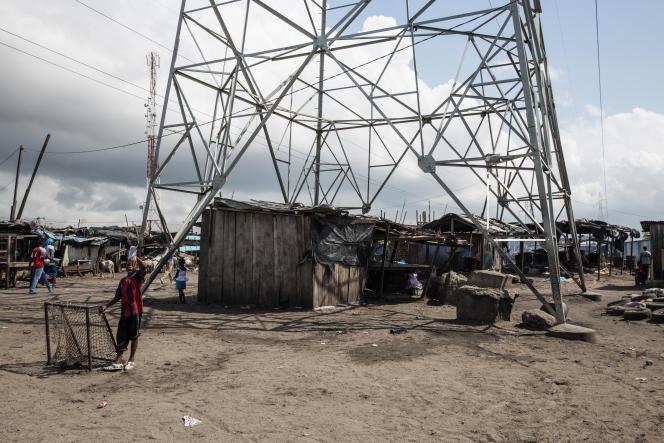 Un match de foot sous un pylône électrique dans le quartier du Campement à Abidjan.