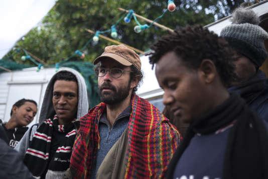 Cédric Herrou entouré de migrants qu'il héberge dans sa maison de Breil sur Roya (Alpes-Maritimes), 21 novembre 2016.