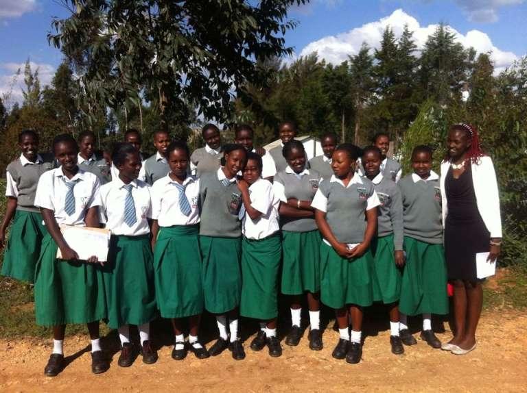 Josephine Kulea entourée des jeunes filles sauvée par Samburu Girls Foundation (DGF), l'association créée par la Kényane.