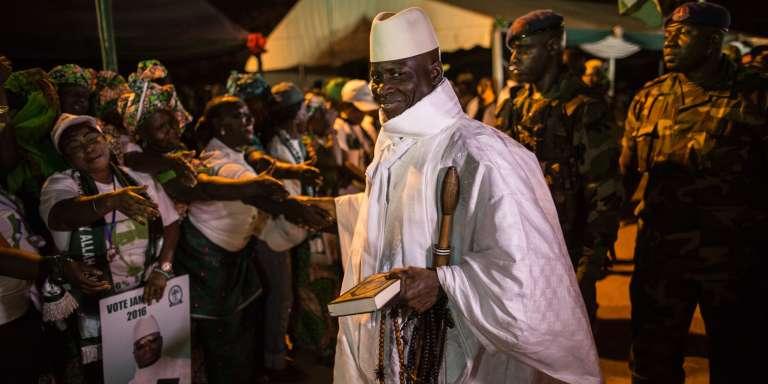 Le président sortant de Gambie, Yahya Jammeh, chef de l'Alliance patriotique pour la réorientation et la reconstruction (APCR, le parti au pouvoir), est accueilli par ses partisans lors de son arrivée à un rassemblement de campagne à Brikama, le 24 novembre.
