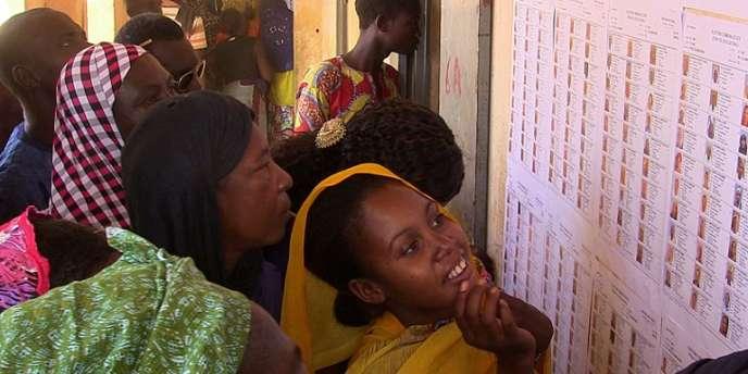 A Gao, des Maliens vérifient qu'ils sont bien inscrits sur les listes électorales avant le scrutin municipales du 21 novembre 2016.
