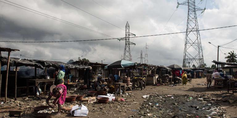Les marchés de la cité Houphouët-Boigny se sont établis sous les lignes haute tension.