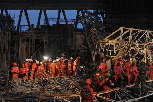 Les secours tentent de trouver des survivants parmi les décombres de la plate-forme, le 24 novembre, dans la province de Jiangxi.