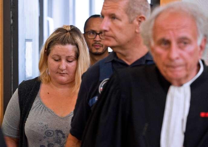 Cécile Bourgeon, la mère de Fiona,accompagnée de son avocat, Me Gilles-Jean Portejoie, à Riom (Puy-de-Dôme), le 5 septembre.