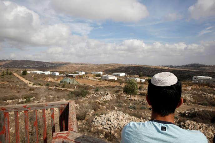 Jeune Israélien de l'avant-poste d'Amona, établi près de Ramallah (Cisjordanie).