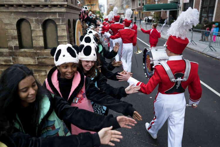 La parade, diffusée en direct sur la chaîne NBC, rassemble aussi des centaines de milliers de personnes dans les rues de Manhattan.