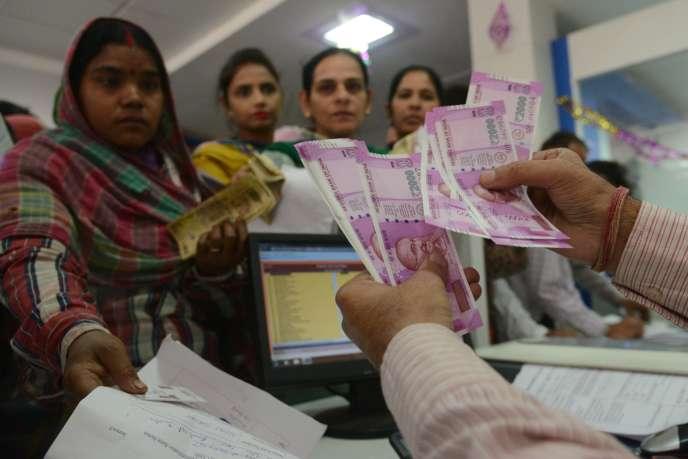 Les Indiens peuvent encore se procurer des billets de 2000roupies (un peu plus de 27euros) mais cette grosse coupure est quasiment inutilisables pour la vie quotidienne.