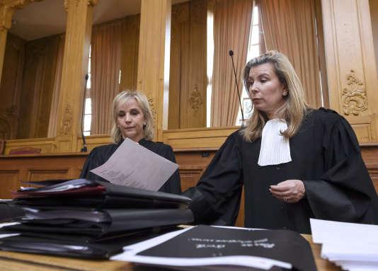 Mes Janine Bonaggiunta (à gauche) et Nathalie Tomasini, les avocates de Jacqueline Sauvage, à la cour d'assises de Nancy, le 21 mars.