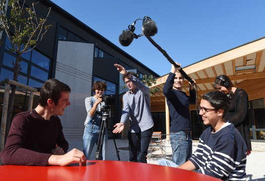 Des étudiants tournent un film à l'école nationale gratuite de cinéma, la CinéFabrique, le 9 octobre 2015 à Lyon, dans le sud-est de la France.
