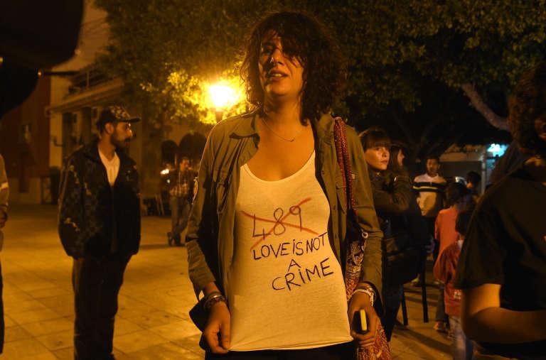 Une militante des droits des homosexuels demande l'abrogation du code 489 du code pénal marocain, qui punit les relations entre personnes de même sexe, à Rabat, le 15 juin 2016.