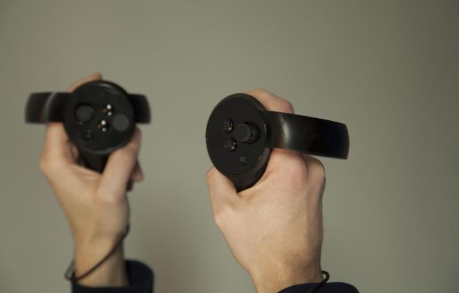 Le pouce sur les boutons, l'index et le majeur sur les gâchettes : restent l'auriculaire et l'annulaire pour tenir la manette proprement dite.